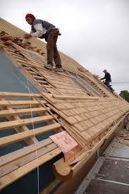 Comment Fabriquer Une Maison En Bois Pose D U0027une Toiture En Bardeaux De Bois Maisoneco Construction