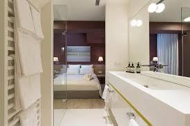 ouverte sur chambre zoom sur les suites avec salle de bains par l agence de design d