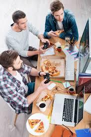 jeux de travail dans un bureau détente après le travail vue de dessus de trois jeunes hommes
