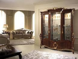 sale da pranzo eleganti vetrina con eleganti decorazioni dal classico gusto italiano per