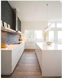 cuisine blanche parquet cuisine blanche épurée poignées invisibles mur en briques noires