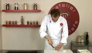 faire suer cuisine faire suer un oignon technique de chef sur orange tendances