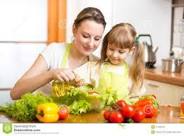 cuisine avec enfant femme avec le cuisinier d enfant à la cuisine photo stock image