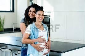 lesbienne dans la cuisine enceinte de lesbiennes à et d embrasser dans la