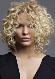 coupe de cheveux fris s mode coiffure cheveux courts bouclés femme