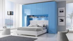chambre pont ikea des placards de rangement autour du lit pont de lit lit bleu et