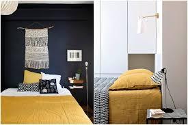 mur de couleur dans une chambre chambre jaune moutarde les coloris à associer clemaroundthecorner