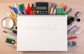 dessus de bureau carnet au dessus des fournitures scolaires ou des fournitures de