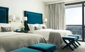 chambre gris blanc bleu peinture murale des accents bleu paon dans une chambre gris et