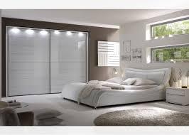 chambre de garde chambre à coucher contemporaine le lit sona et la garde robe tinos