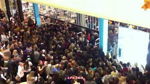 black friday crowd rushing into outfitters 360 thanksgiving