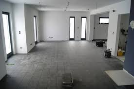 Wohnzimmer Und K He Ideen Fliesen Wohnzimmer Grau