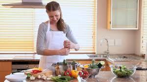 femme dans la cuisine femme faire la cuisine hd collection stock vidéo framepool
