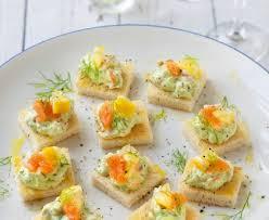 canapé saumon canapés de crème de saumon fumé à l avocat recette de canapés de