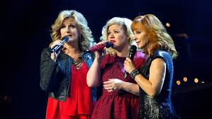 kelly clarkson stages a u0027miracle u0027 concert with reba garth brooks