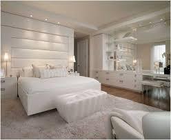 chambre à coucher blanche adulte blanche ottoman spots encastres tapis fauteuil miroir