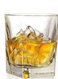 vaso de wiskey con hielo