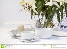 vaisselle petit dejeuner arrangement blanc de table de petit déjeuner avec des fleurs de