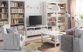 Ikea Hemnes Bookcase White Salón Luminoso Con Un Mueble De Tv De Pino Macizo Tintado En