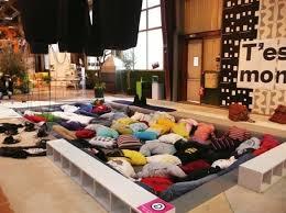 canape geant canapé géant constitué de vêtements rembourrés un immense canapé