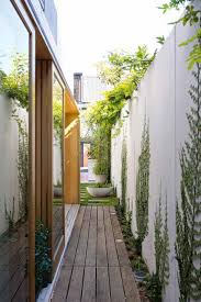 Narrow House Designs by Best 20 Narrow Garden Ideas On Pinterest Small Gardens Side