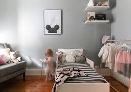 chambre gris clair du et gris dans une chambre de fille