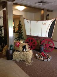 Wild West covered wagon hay bale fake campfire
