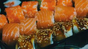 japonais cuisine cuisine japonaise sushi avec du poisson cru frais plat japonais