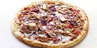 cuisiner du thon en boite pizza au thon en boîte et oignons sur fond blanc facile et pas