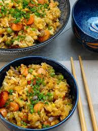 plat cuisiné le yakimeshi est un plat cuisiné avec le riz de la veille et les