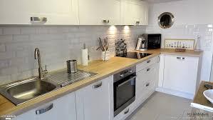 credence cuisine imitation cuisine blanche avec plan de travail en bois crédence imitation