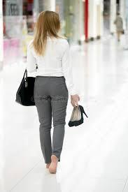 femme nue au bureau marche nu pieds dans des vêtements de style de bureau photo stock