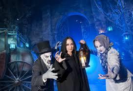 halloween horror nights 2011 behind the thrills gloria estefan spends a u201cwinter u0027s night u201d at