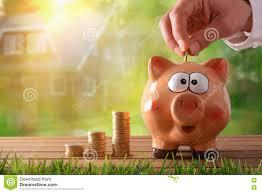 Einfamilienhaus Zu Kaufen übergeben Sie Das Stecken Des Geldes In Sparschwein Um Ein Haus