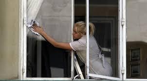 recherche d emploi femme de chambre cherche désespérément femme de ménage ou garde d enfants qui