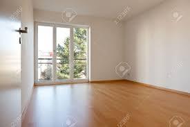 appartement avec une chambre chambre à vide avec parquet et murs blancs dans un appartement