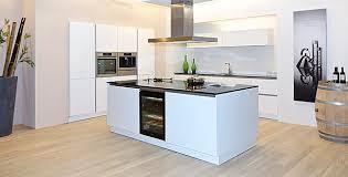 luxus kche mit kochinsel schüller musterküche grifflose luxus küche in kristallweiß