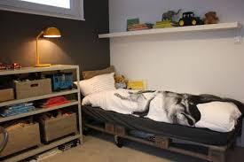 disposition des meubles dans une chambre lit en palette 50 idées pour fabriquer un lit en palette