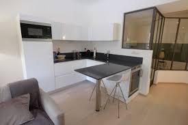 cuisine a vivre cuisine blanche design ouverte sur la pièce à vivre appartement de