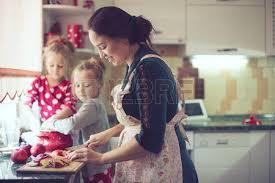 cuisiner avec ses enfants maman avec ses 9 ans fille sont la cuisson dans la cuisine pour la