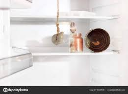 cuisiner avec rien dans le frigo frigo vide réfrigérateur de cuisine avec la pendaison de souris