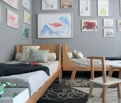chambre a deux lits deux lits placés en perpendiculaire rooms room and shared
