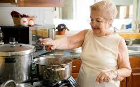 cuisine femme comment aménager une cuisine pratique destinée aux seniors vivre