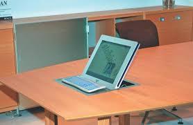 bureau avec ordinateur intégré des salles de réunion branchées technologies