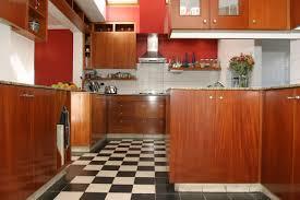 peinture pour meubles de cuisine en bois verni charmant repeindre un meuble en bois et comment peindre du vernis