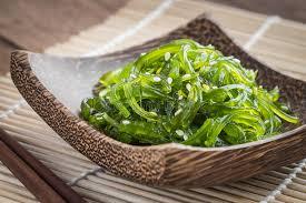 cuisine japonaise salade d algue de plat en bois cuisine japonaise image stock