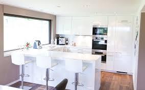 weisse hochglanz küche moderne hochglanz küche in weiß mit miele geräten küchenhaus