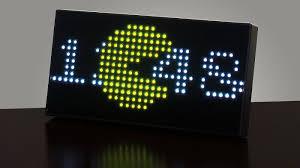 horloge sur le bureau une horloge pac inédite avec animations 8 bit par leds