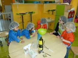 atelier cuisine en creche a ptits pas les activités eveil bébé jeux enfants