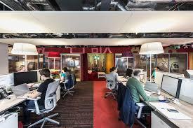 les de bureaux eclairage de bureau de la lumière dans les bureaux sombres